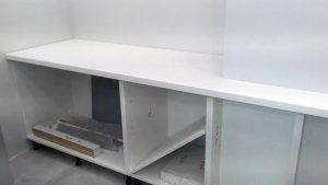 Столешница переходит через узкий перешеек в рабочий стол