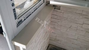 Подоконник рядом с балконной дверью