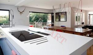 Столешница-стол из искусственного камня со встроенной варочной панелью и подставкой для горячей посуды