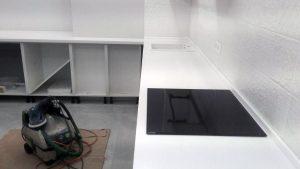В столешницу интегрированы мойка и индукционная плита