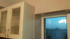 Облицовка кухонного окна искусственным камнем