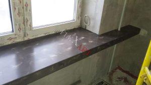 Под трубу отопления в подоконнике вырезано отверстие