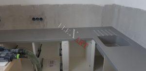 В столешнице для интегрированной мойки сделаны проточки для слива воды