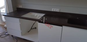 В столешнице выполнен вырез под варочную панель с духовым шкафом