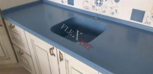 Голубой цвет столешницы отлично сочетается с кремовым кухонным гарнитуром
