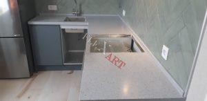 Общий вид столешницы под серую кухню